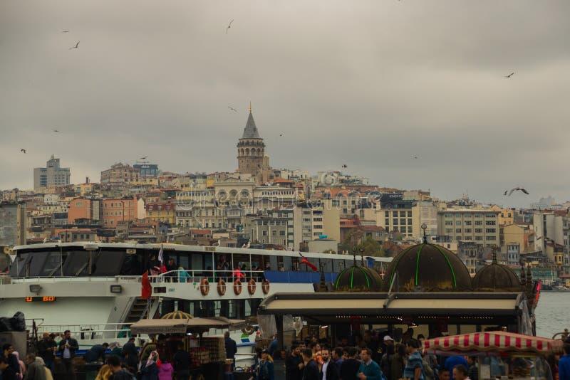 Городской пейзаж с башней Galata над золотым рожком в Стамбуле, Турции стоковое изображение rf