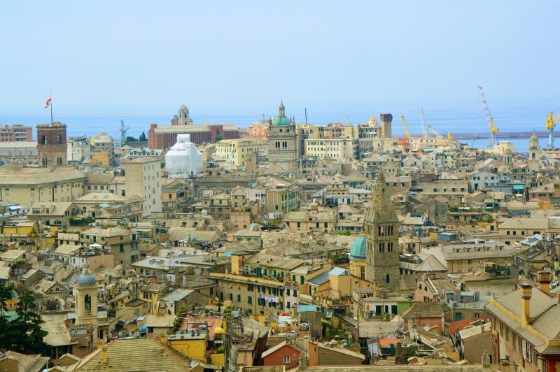 Городской пейзаж с гаванью на предпосылке, Италия Генуи стоковая фотография rf