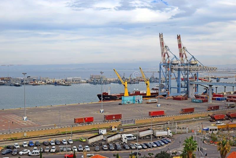 Городской пейзаж с коммерчески портом Хайфы, Израиля стоковая фотография rf