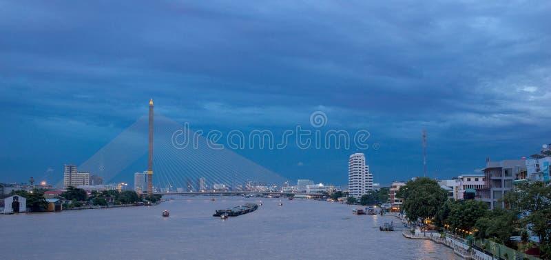 Городской пейзаж с круизом реки в Бангкоке, Таиланде стоковое изображение rf