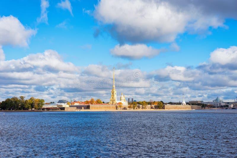 Городской пейзаж с рекой Neva и крепостью Питер Пол в Санкт-Петербурге, в стоковое фото rf