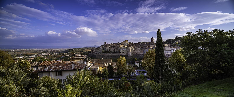 Городской пейзаж Anghiari с впечатляющим облачным небом стоковые фотографии rf