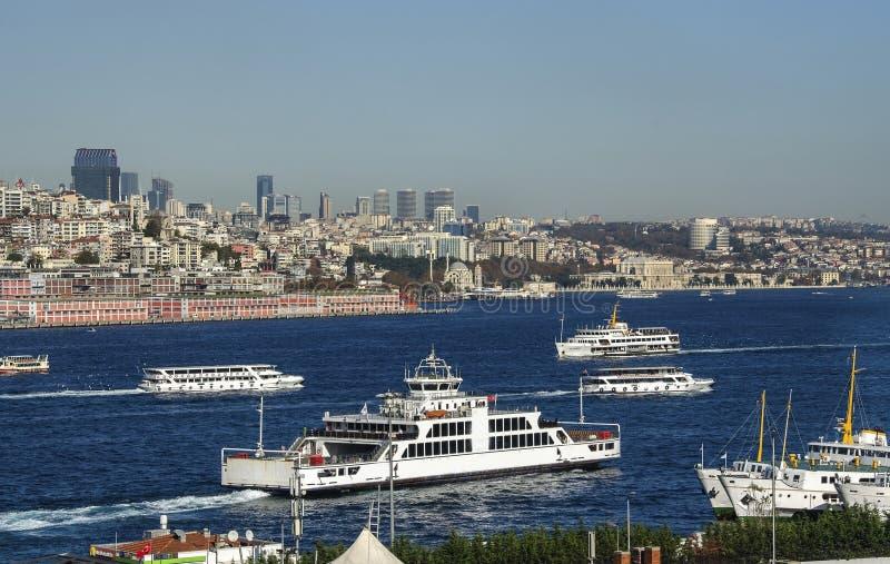 Городской пейзаж Bosphorus с шлюпками Стамбулом, Турцией стоковое фото
