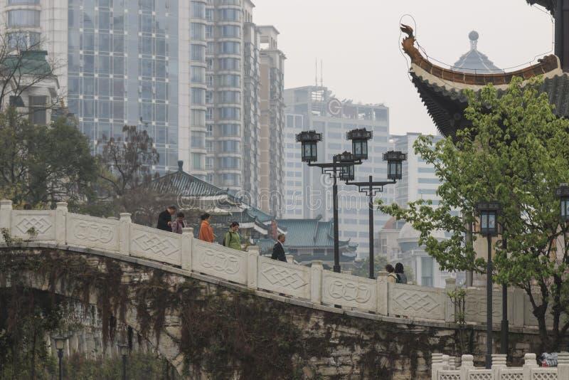 Городской пейзаж Guiyang в полдень, павильон Jiaxiu на реке Nanming Размещенный в городе Guiyang, провинция Гуйчжоу, Китай стоковое фото