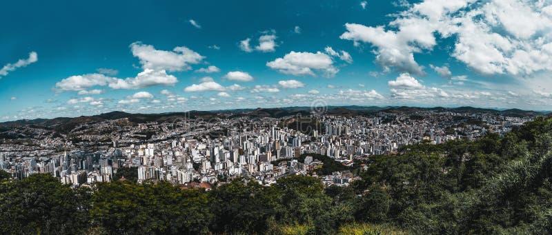 Городской пейзаж Juiz de Форума панорамный от высокой точки стоковые фото