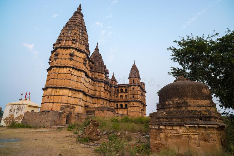 Городской пейзаж Orchha, индусский висок Chaturbhuj Также сказанное по буквам Orcha, известное назначение перемещения в Madhya Pr стоковое изображение rf