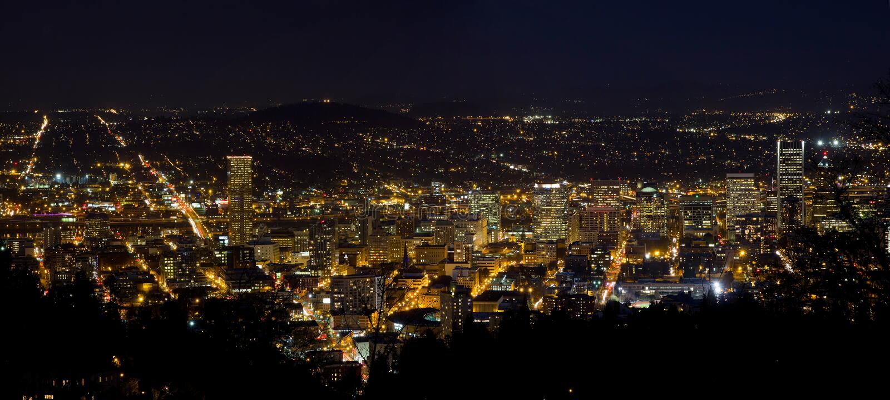 Городской пейзаж Portland Орегона городской на ноче стоковые фотографии rf