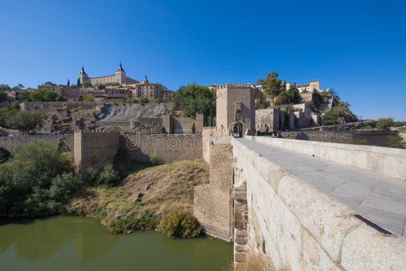 Городской пейзаж Toledo с Alcazar от моста Alcantara стоковое изображение rf