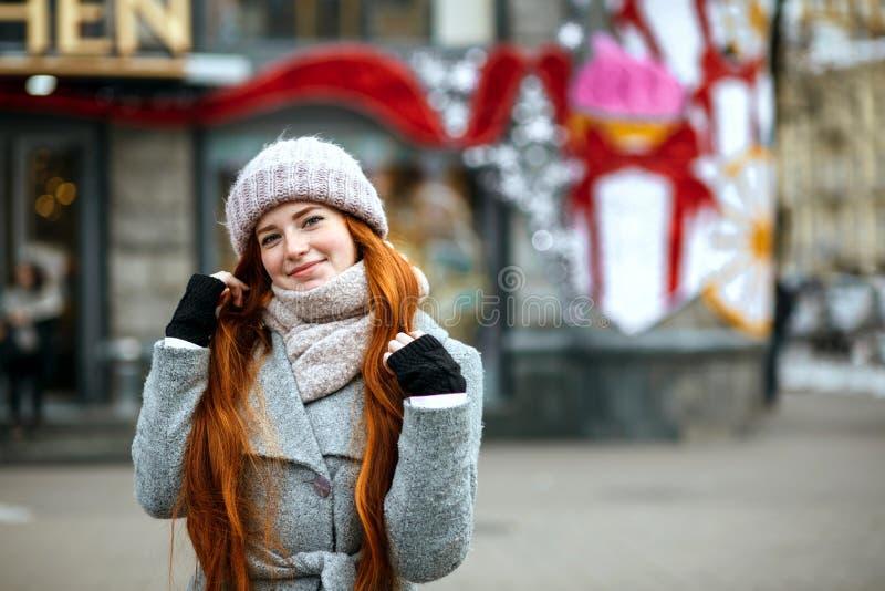 Городской портрет жизнерадостной девушки имбиря с wa длинных волос нося стоковое изображение