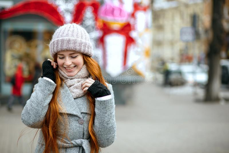 Городской портрет прелестной девушки имбиря с wa длинных волос нося стоковое фото rf