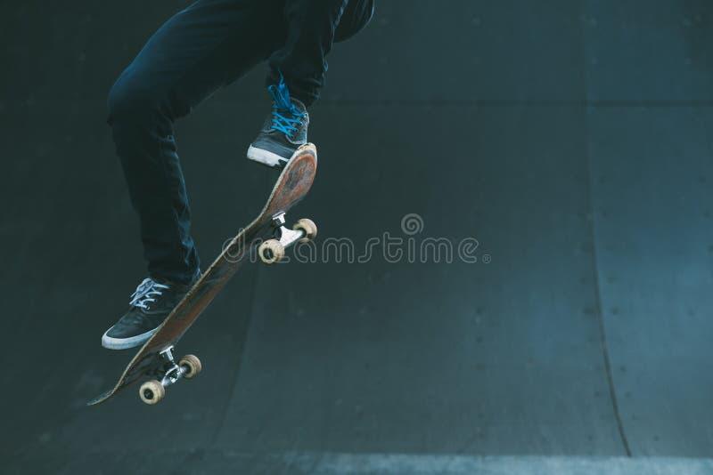 Городской скакать человека пандуса конька фокуса конькобежца стоковое изображение rf