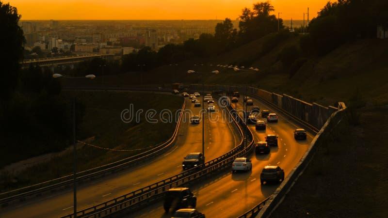 Городской транспорт на дороге на заходе солнца стоковое фото rf