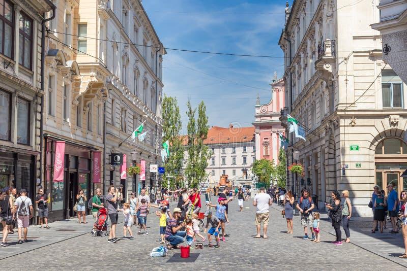Городской художник улицы выполняя шоу пузыря мыла для детей в средневековом центре города словенской столицы Любляны стоковое фото