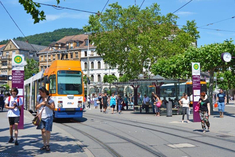 """Городской центр вызванное """"Bismarkplatz с железной дорогой города и соединение автобуса с людьми на солнечный день стоковая фотография rf"""