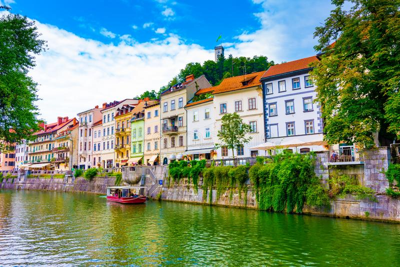 Городской центр Любляны старый, взгляд реки Ljubljanica в центре города Панорама старого здания историческая Посмотрите к старому стоковое фото rf