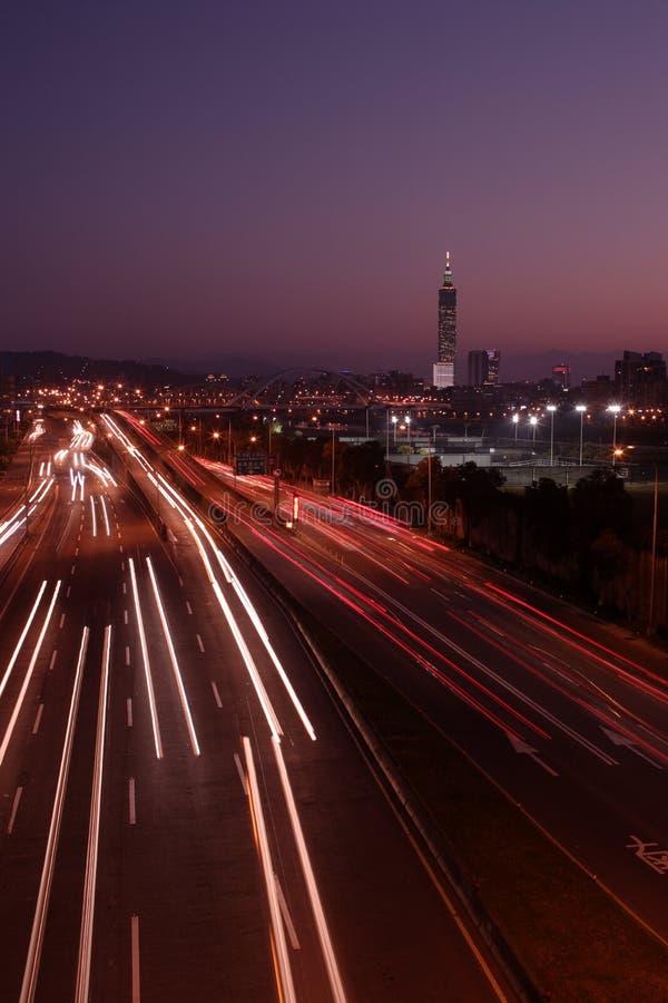 город автомобилей освещает место taipei ночи движения стоковое фото