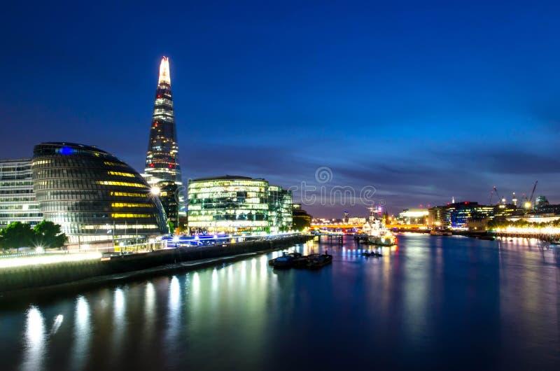 Город/Англия Лондона: Взгляд на горизонте и реке Темза во время сумерек от моста башни стоковые изображения rf