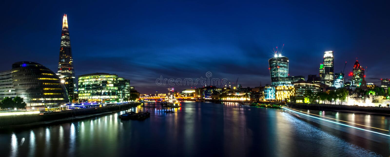 Город/Англия Лондона: Взгляд на горизонте и реке Темза во время сумерек от моста башни стоковое изображение