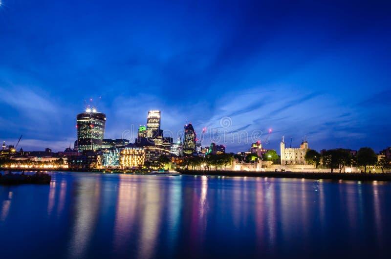 Город/Англия Лондона: Горизонт города в сумерках около моста башни стоковая фотография rf