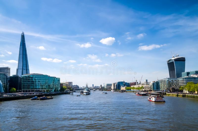 Город/Англия Лондона: Горизонт города около моста башни стоковая фотография rf