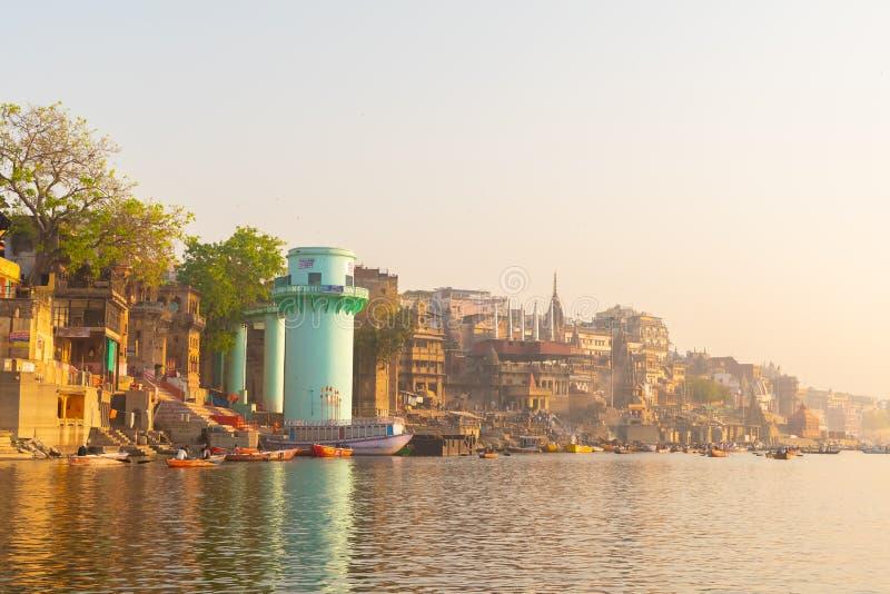 Город Варанаси со старой архитектурой, взглядом святых ghats на Варанаси Индии на восходе солнца стоковые фотографии rf