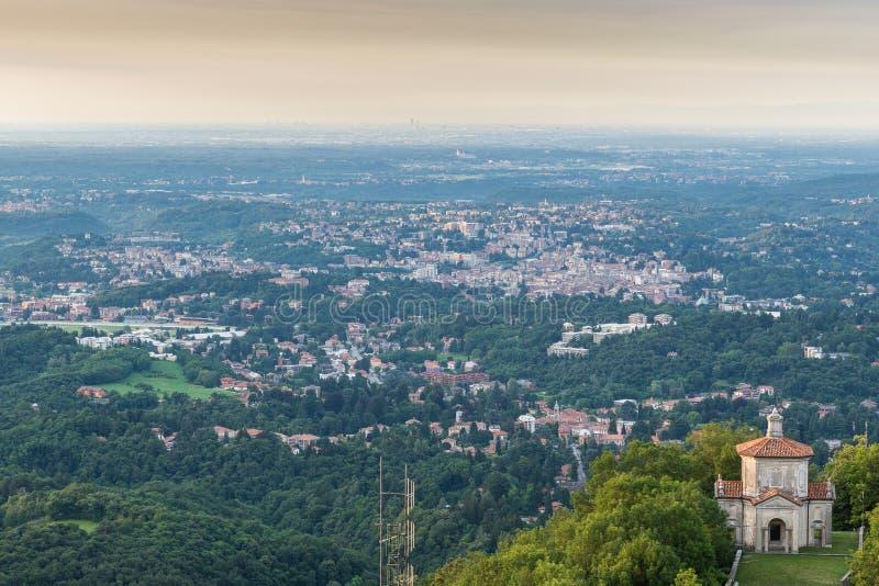Город Варезе, Италия Вид с воздуха на зоре Варезе в северной Италии, с городом милана на заднем плане стоковые изображения rf