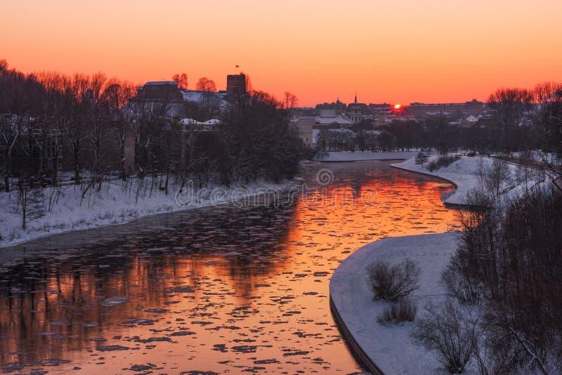 Город Вильнюса на зиме в вечере стоковое фото