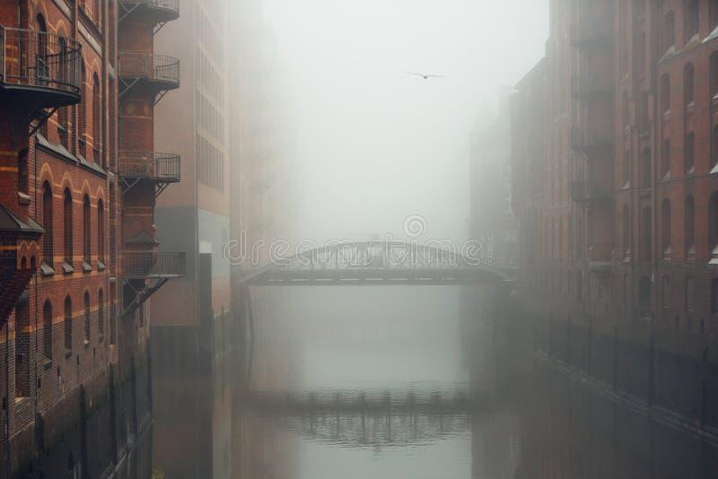 Город в загадочном тумане стоковые фотографии rf