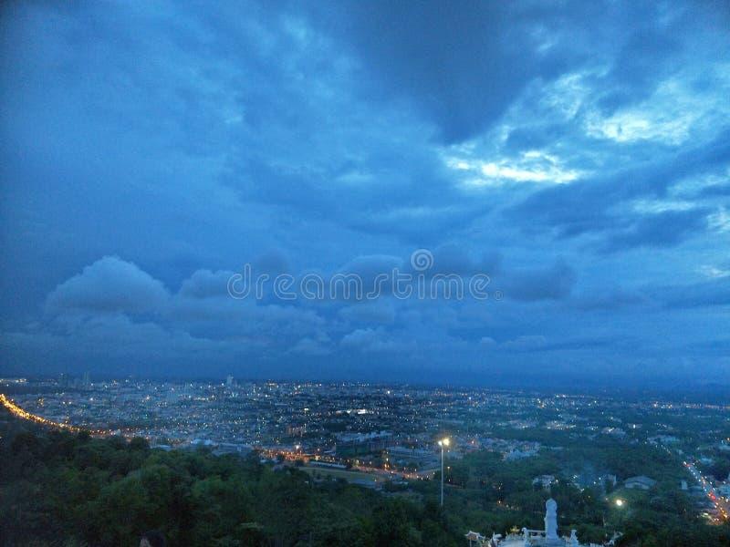 Город в сумерках, видимость холма, взгляд scape земли стоковые изображения rf