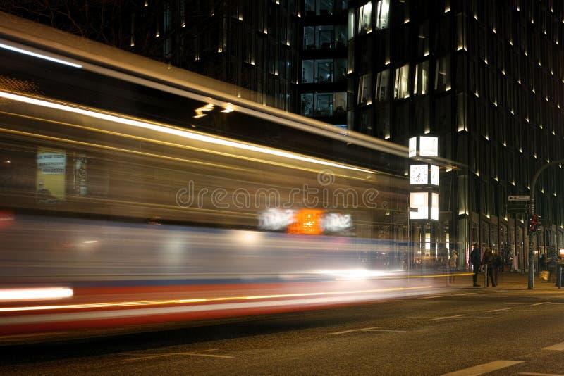 Город Гамбурга большой освещает reeperbahn волшебства publictransport воды автомобилей движения стоковое изображение