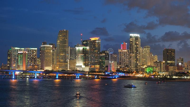 Город горизонта Майами отразил в заливе Biscayne на ноче стоковое фото