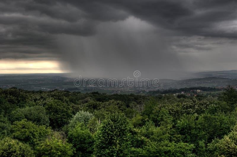 город заволакивает iasi hdr над дождем Румынией стоковая фотография