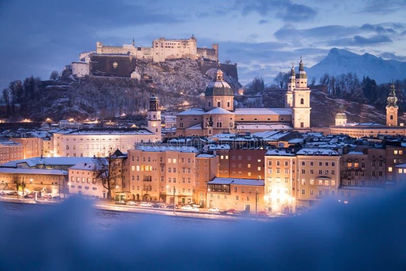 Город Зальцбурга старый на времени рождества, снежном в вечере, Австрии стоковое изображение rf