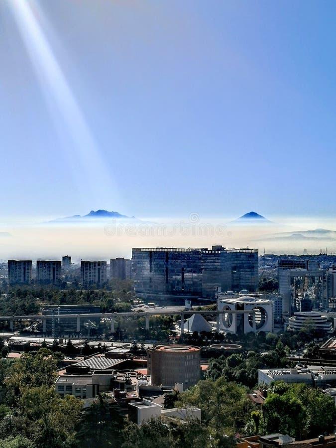 Город и горы стоковое фото rf