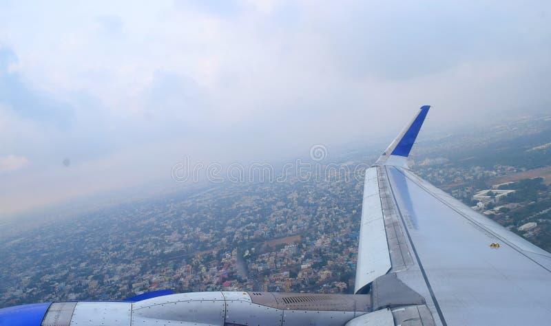 Город и крыло воздушных судн от окна - индустрия и перемещение авиации в полете стоковые фото