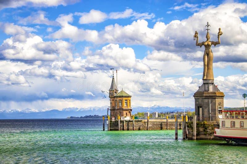 Город Констанция на озере Constace, Bodensee Взгляд от корабля на порте с большими статуей и маяком Город стоковое фото rf