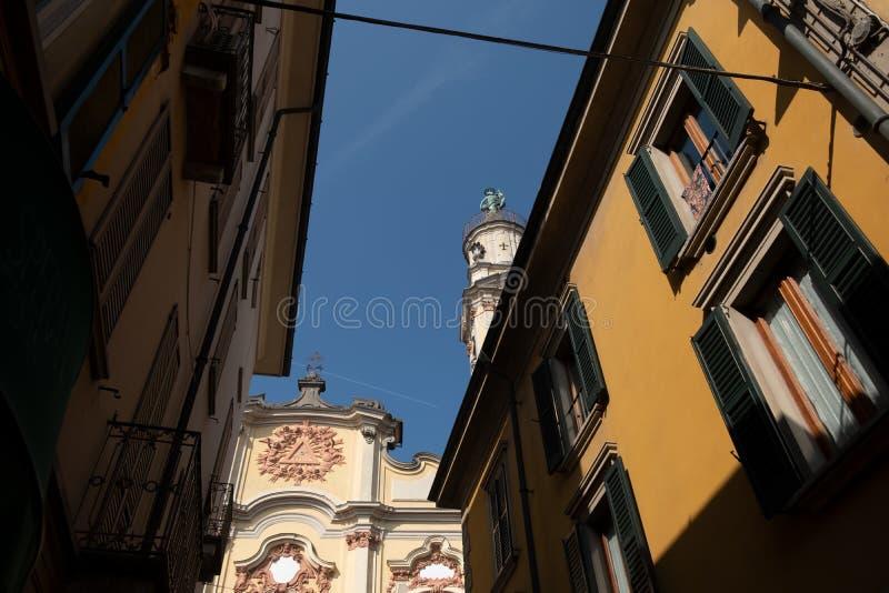 город крема - исторический центр с церковью чиеса сантиссима тринита ломбарди на севере италии стоковые изображения