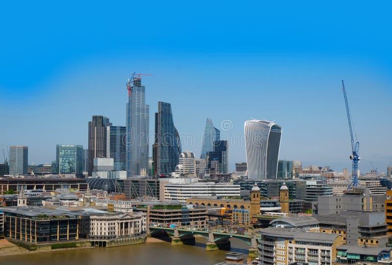 Город Лондона, Великобритании 6-ое июля 2019: Горизонт Лондона увиденный от южного берега стоковая фотография