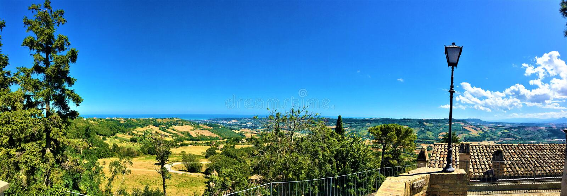 Город Мореско в провинции Фермо, регион Марш, Италия Великолепный вид и пейзаж, летнее время стоковое изображение rf