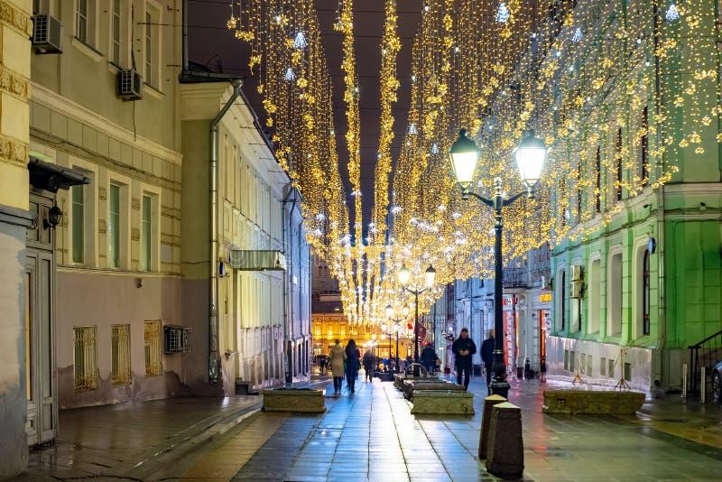 Город Москва Взгляд ночи Kuznetsky большинств улица E стоковые изображения rf