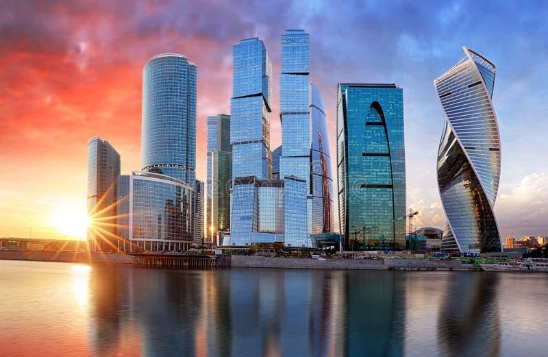 Город Москва, Россия Деловый центр Москвы международный на заходе солнца стоковое изображение rf