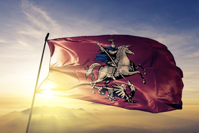 Город Москвы ткани ткани ткани флага России развевая на верхней части бесплатная иллюстрация