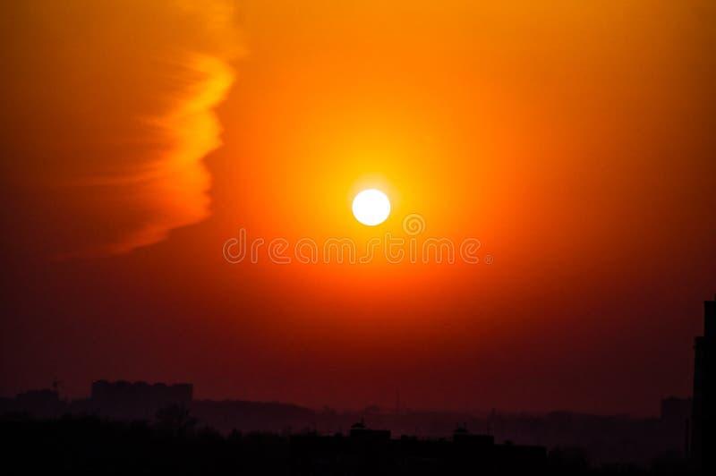 город над заходом солнца Силуэты зданий стоковые изображения rf