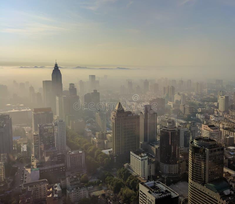 Город Нанкина с туманом восхода солнца и утра стоковая фотография rf