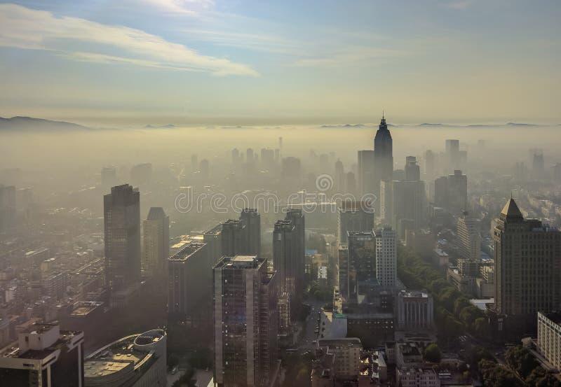 Город Нанкина с туманом восхода солнца и утра стоковые изображения rf