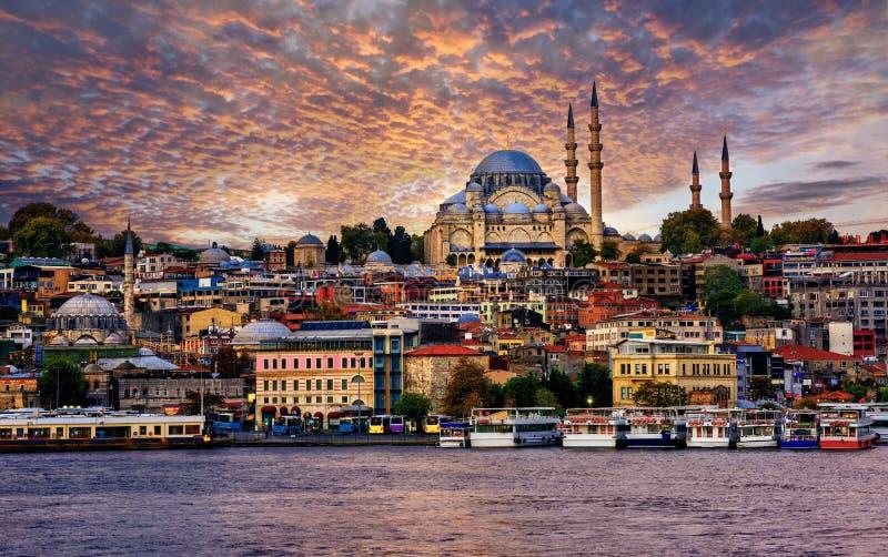 Город на драматическом заходе солнца, Турция Стамбула стоковая фотография