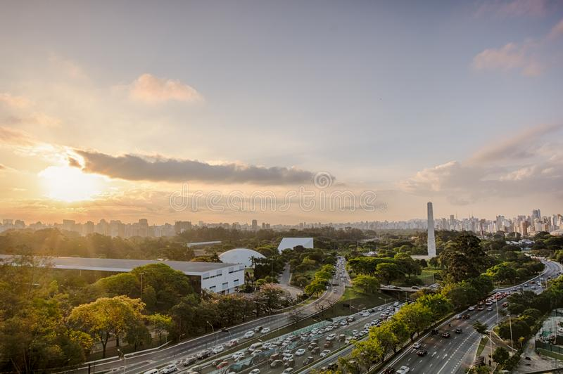 Город на заходе солнца, парк Сан-Паулу Бразилии Ibirapuera - обелиск стоковые фото