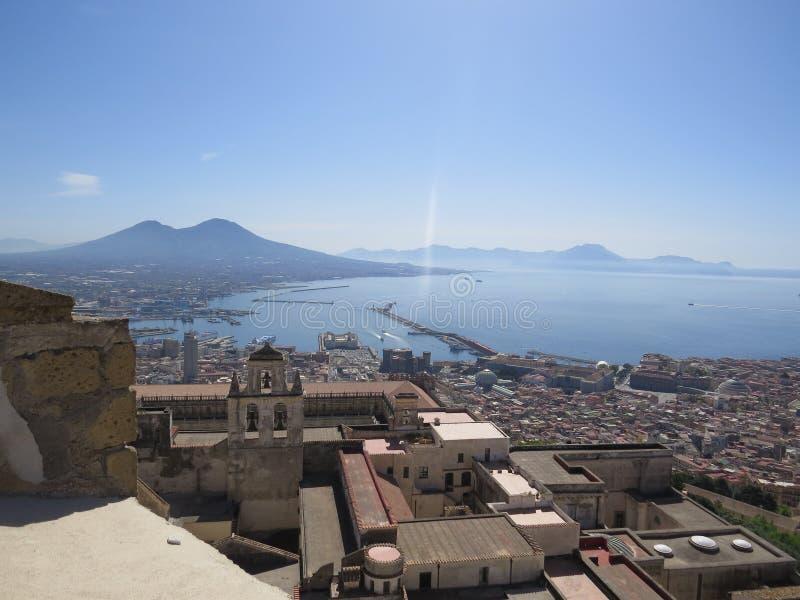 Город Неаполь сверху Неаполь Италия Вулкан Vesuvius позади стоковая фотография
