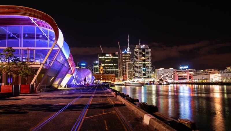 Город Окленда гавани на ноче стоковое изображение