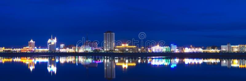 город освещает неоновую панораму ночи стоковое фото